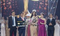 Nam A Bank trao thẻ JCB cho tân Hoa hậu Hoàn vũ Việt Nam 2019