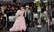 """Những khoảnh khắc đáng nhớ của """"bố già thời trang"""" Karl Lagerfeld"""