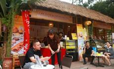 """Bánh kem và trà sữa Laetitia & LightBulb """"hạ gục"""" du khách tại lễ hội Hoa anh đào Nhật Bản"""
