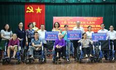 Người khuyết tật tỉnh Hòa Bình được tặng xe lăn