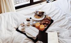 Lý do khách sạn dùng ga giường trắng