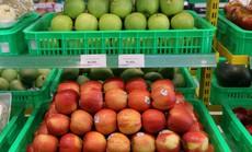 Vốn tiết kiệm là thế nhưng bà nội trợ vẫn ưu tiên cho trái cây nhập khẩu