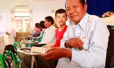 Quỹ Lawrence S. Ting trao tặng 157 chiếc xe lăn, xe lắc cho người khuyết tật