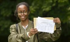 Cô bé cân nặng 340 gr của nước Anh đã vào đại học