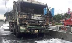 [CLIP] - Hiện trường xe ben bùng cháy dữ dội trên xa lộ Hà Nội