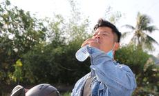 Mát lòng những chai suối lạnh của công an tặng người dân về quê ăn Tết