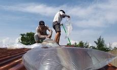 Người dân Quảng Nam cấp tốc dùng bao nước chèn mái nhà chống bão