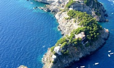 Hòn đảo hình cá heo chỉ cho 12 khách thuê