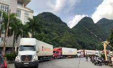 Tài xế phải mặc đồ phòng hộ khi chở hàng hóa qua cửa khẩu sang Trung Quốc