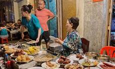 Những quán ăn ven đường không rẻ vẫn hút khách ở TP.HCM