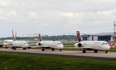 Hàng ngàn phi cơ nằm la liệt ở các sân bay trên thế giới