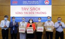 TP HCM: Giáo viên tiểu học được DHG Pharma tài trợ gel rửa tay phòng dịch