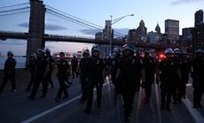 Biểu tình tại Mỹ: Xe hơi lao vào cảnh sát ở New York