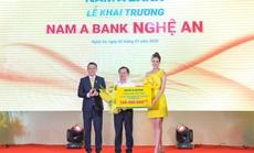 Trao 100 triệu đồng cho Hội Nạn nhân chất độc da cam tại lễ khai trương Nam A Bank Nghệ An