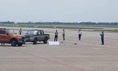 Trước khi tông nữ nhân viên tử vong trong sân bay Nội Bài, xe bán tải đã vượt xe cùng chiều