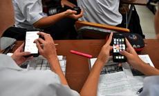 Học sinh dùng điện thoại trong lớp: Lợi ít, hại nhiều