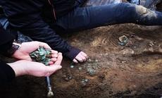 Cày ruộng, vô tình mở kho báu đầy tiền vàng, bạc thời Trung Cổ