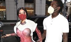 """Nữ rapper Cardi B gây sốc với trang phục """"độc lạ"""" trên phố"""