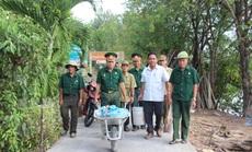 """CLIP: """"Biệt đội cựu chiến binh vá đường"""" ở Cà Mau"""