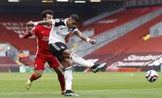 Tân binh Fulham thắng sốc, đương kim vô địch Liverpool sa lầy ở Anfield