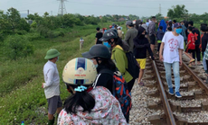 Vụ ôm thi thể con nằm trên đường ray xe lửa: Người mẹ có dấu hiệu trầm cảm