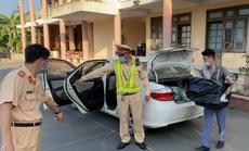"""CLIP: Chở cả xe hàng lậu, tài xế nói """"không biết gì"""""""