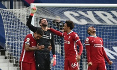 """Ngỡ ngàng """"người nhện"""" Alisson ghi bàn, cứu cả mùa giải Liverpool"""