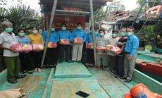 Bến Tre: Trao cờ Tổ quốc cho ngư dân ở 3 huyện vùng biển
