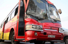 Xe bị nạn, hơn 50 công nhân may mắn thoát chết