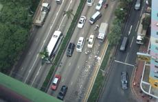 Hồng Kông: Hàng triệu USD rơi bất ngờ, người đi đường ùa ra 'hôi của'