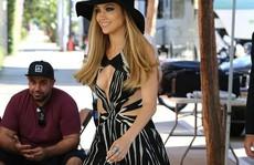 """Jennifer Lopez tự tin diện đầm """"cắt xẻ"""" táo bạo"""