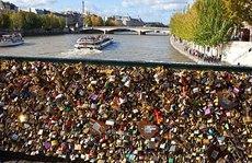 """Paris đau đầu vì """"khóa tình yêu"""""""