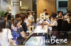 Cà phê Hàn Quốc vẫn đông nghẹt người xếp hàng