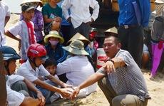 Dân tố nhà thầu khai thác cát 'chùa'