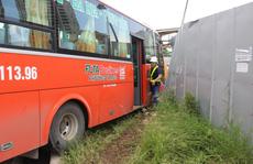 Xe Phương Trang tông đổ rào chắn, hàng chục công nhân hú vía
