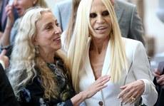 Donatella Versace gây sốc với gương mặt đáng sợ