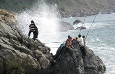 'Treo' mình câu cá biển