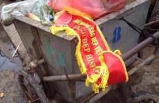 """Thí sinh """"Nữ hoàng sắc đẹp Việt Nam"""" ném danh hiệu vào thùng rác"""