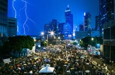 Người biểu tình Hồng Kông đội mưa ngồi dưới lòng đường