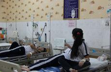 Ăn bánh tráng trộn bán rong, 14 học sinh nhập viện