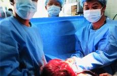 Lấy khối u khổng lồ từ ngực sản phụ