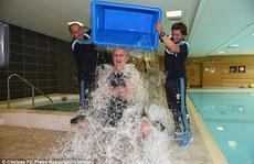 Xem HLV Mourinho la inh ỏi khi bị dội nước đá