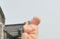 Trung Quốc dỡ bỏ tượng 'Đức phật khỏa thân' trèo tường