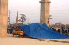 Dân mang quan tài, dựng lều bao vây nhà máy xi măng