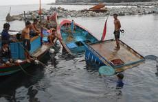 Xuồng cá bị đâm chìm, 8 ngư dân thoát chết