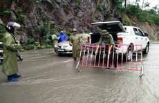 Du lịch miền bắc tê liệt vì mưa lũ