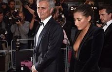Con gái Mourinho 'thả rông' vòng 1 đi dự lễ cùng bố