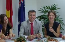 Đại sứ Úc hào hứng nếm trái vải tươi Việt Nam