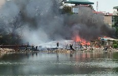 Cháy khu dân lao động, người dân nháo nhác ôm đồ chạy