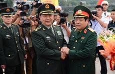 Bộ trưởng Quốc phòng Việt-Trung bắt tay nhau ở biên giới